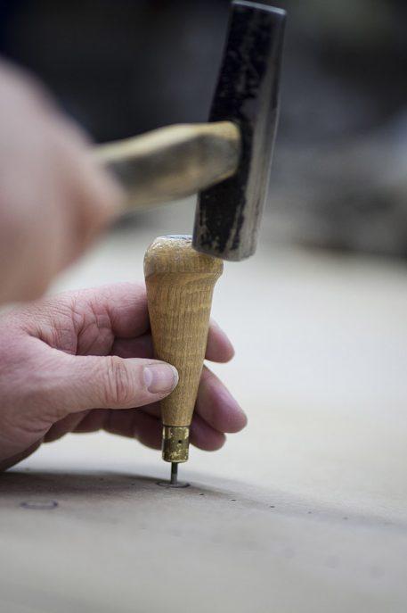 Katoen met hamer en priem